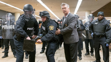 Alec Baldwin plays a police negotiator called in when over 100 homeless people take up residence in the public library.