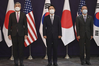 From left, US envoy Sung Kim, South Korea's Noh Kyu-duk and Japan's Takehiro Funakoshi during their trilateral meeting at a hotel in Seoul on Monday.