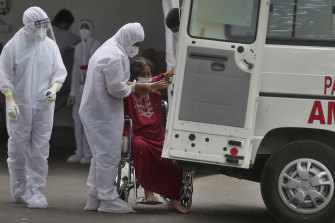 Health workers attend to a patient at the Jumbo COVID-19 filed hospital in Mumbai, India, on Thursday.