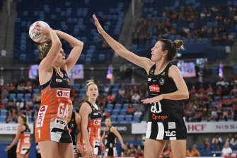 Magpie Fiona Fowler defends against the Giants' Jo Harten.