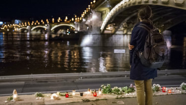 Hungarians have paid tribute at the site where a tourist boat sank on Wendesday night, Budapest time.