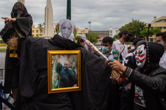 A Harry-Potter themed protest on August 3, where Voldemort takes the place of the king in a gilded frame.