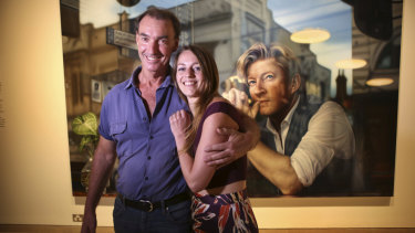Winner of the 2019 Archibald Packing Room Prize Artist Tessa MacKay with head packer Brett Cuthbertson in front of her painting of actor David Wenham at the Art Gallery of NSW.