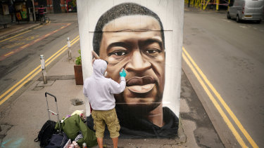 The death of George Floyd has sparked protests around the world: Graffiti artist Akse spray paints a mural of the man in Manchester.