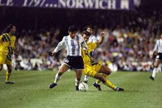 Diego Maradona beats Socceroo Jason van Blerk in a contest at the SFS.