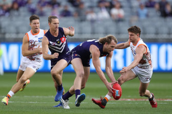 David Mundy contests for the ball.