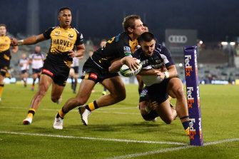 Tom Wright scores a try.