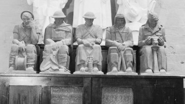 The memorial statues in the 1930s.