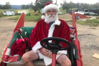 Sinterklas Cobargo dan pensiunan sukarelawan pemadam kebakaran Dave Rugendyke di kereta luncur barunya.