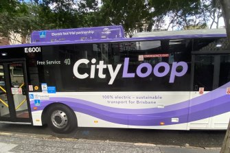 Brisbane's first electric bus has begun to run the free City Loop as the city shows its carbon footprint has reduced by 7 per cent since 2017.