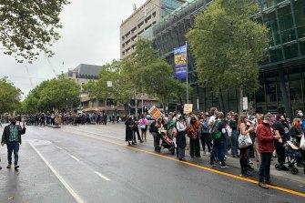 Para pengunjuk rasa pecah menjadi kelompok-kelompok yang lebih kecil sebagai persiapan untuk berbaris di Bourke Street sebagai bagian dari unjuk rasa pada hari Selasa.