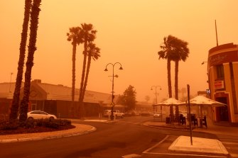 """Mildura residents said """"you could feel the grit in your teeth"""" as a dust storm hit the town."""