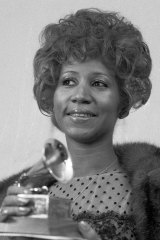 Aretha Franklin in 1972 with her Grammy for Best Rhythm and Blue performance of the song Bridge Over Troubled Waters.
