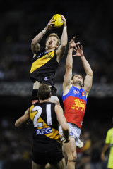 Jack Riewoldt takes a mark in final quarter.