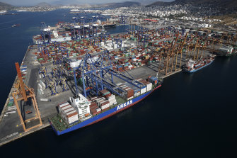 Chinese owner COSCO will increase its stake in Piraeus port.