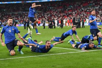 La extasiada Italia se dirige hacia sus fieles seguidores en Wembley.