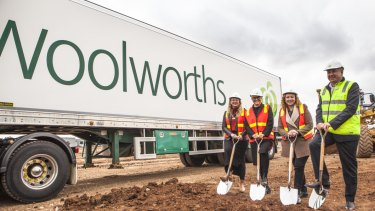 Sarah Connolly state member for Tarneit, Mia Shaw Wyndham City mayor, Melissa Horne Victorian Minister for Ports and Freight and Paul Graham Woolworths chief supply chain officer at the company's $135 million Truganina site.