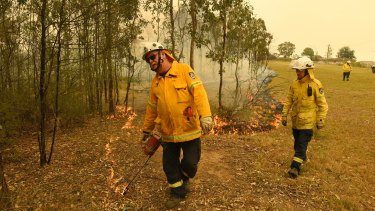 Rural Fire Service firefighters conducted  defensive backburns around Warragamba as the Green Wattle Fire took hold.