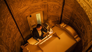 Organist John Giacchi playing the Wurlitzer organ as it ascends in its console from the stage.