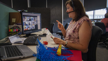 Lisa Pearson teaching OC STEM class with year 5 students at Aurora college, a virtual selective school.