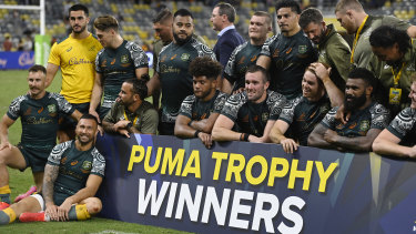 The Wallabies pose together after beating Argentina.