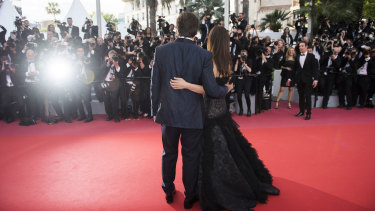 Penelope Cruz and Javier Bardem face the photographers at Cannes in 2018.
