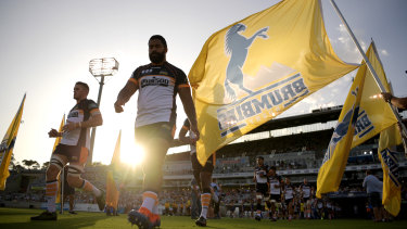 The Brumbies run out before the round-one Super Rugby match against the Reds at a blistering GIO Stadium.