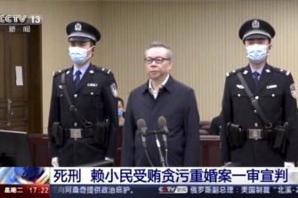 Lai Xiaomin, centre, was sentenced to death for taking bribes.