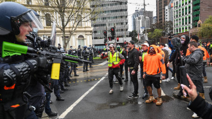 Federal government blames CFMEU members for construction shutdown, says Labor should refuse donations