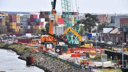 Builders accuse Transurban of stalling a resolution on West Gate Tunnel