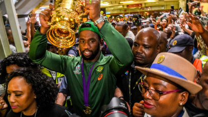 Thousands pack airport to give Kolisi and Boks heroes' homecoming