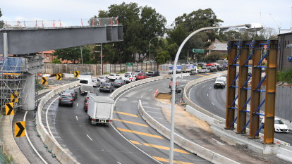 WestConnex sale split in half as government stokes 'competitive tension'