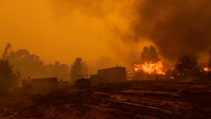 South Coast bushfire victims still without phone coverage