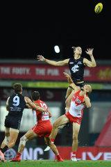 Blues ruckman Tom De Koning rises over Sydney's Sam Reid.