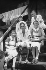 Nurses Shirley Graham (left) and Mavis Harris sit with members of the Royal Australian Navy, Both would become POW's during the war.