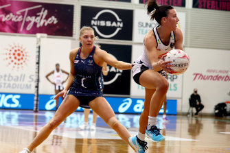 Collingwood's Kelsey Browne looks to get a pass away.