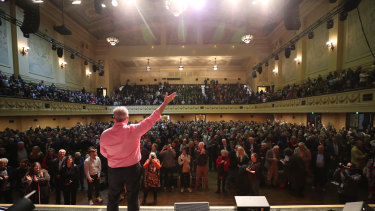 More than 2000 locals flocked to Melbourne Town Hall to farewell  ABC Radio's retiring morning presenter Jon Faine.
