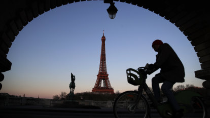 Paris cuts speed limit to 30km/h to encourage walking and cycling
