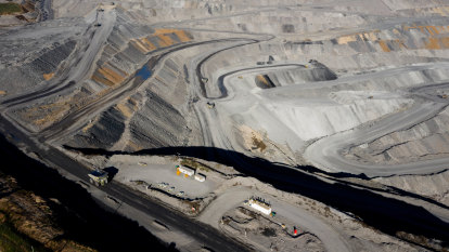 CFMMEU launches legal challenge to BHP's COVID-19 vaccine mandate at coal mine