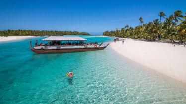 Visitors explore the stunning lagoon on Aitutaki.