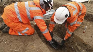 Workers remove artefacts from Matthew Flinders' grave in London.