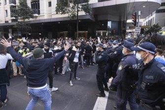 I manifestanti di Sydney sono stati accolti da una forte presenza di polizia, comprese file di agenti di polizia a cavallo.