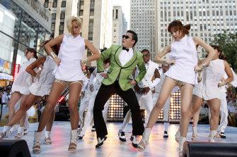¿Recuerdas el estilo de Gangnam?  El rapero surcoreano PSY interpreta su fenomenal canción de K-pop en el programa
