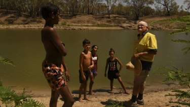 Barkandji elder Kevin Knight, right, talks to Indigenous youth from Bourke, Laithan Rocher, 12, Aaron McKellar, 12, Sharika McKellar, 13, and Shekia Edwards, 12, about the significance of the Darling River to Indigenous communities.