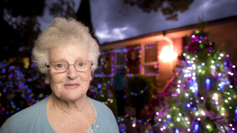 Seventy-seven-year-old Bev Lucas has put up Christmas lights around her Chifley home as a promise to her 73-year-old dying sister Valma.