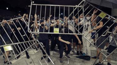 Les manifestations de masse contre les lois sur l'extradition ont ensuite vu les manifestants s'affronter avec la police au Conseil législatif de Hong Kong.