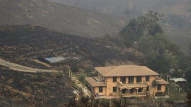 A Malibu mansion that somehow escaped being razed by the wildfire.