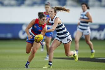 Kirsty Lamb of the Bulldogs evades the tackle of Georgie Rankin.