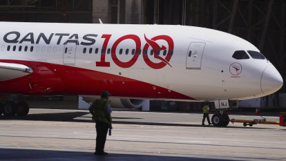 Qantas delays resumption of international flying after budget blow