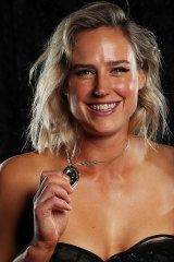 Elysse Perry with the Belinda Clark Award.